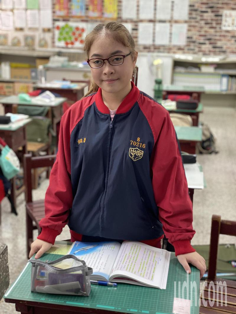 屏東縣明正國中八年級學生黃敬嘉,努力克服視力、聽力障礙,樂觀向學,獲得今年總統教育獎。記者劉星君/攝影
