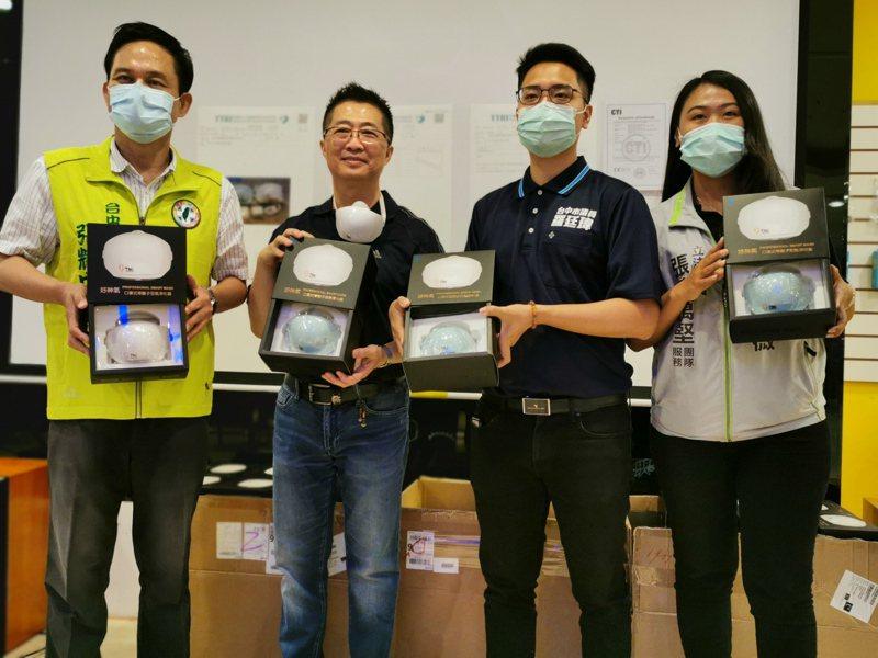 發明老師鄧鴻吉團隊最近研發具空氣淨化動力系統的電子式智慧型口罩  ,既防疫情又能解決悶熱問題。他還透過立法委員張廖萬堅及市議員羅廷瑋分別轉贈100個給醫療等特殊需要人員使用。圖/鄧鴻吉提供