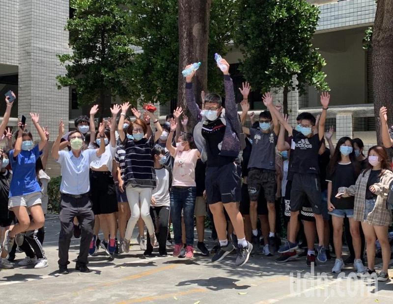 國中教育會考考完最後一科英文,考生開心跳躍歡呼!記者徐如宜/攝影