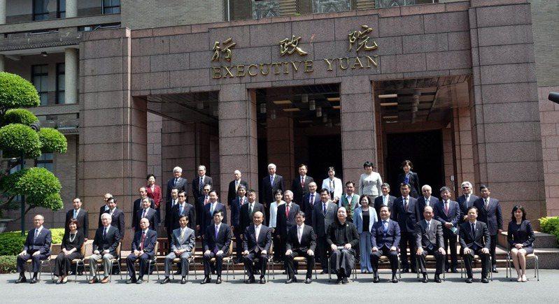 行政院長蘇貞昌14日率內閣總辭,各部會官員在最後一次行政院會後在廣場拍畢業,新內閣名單也陸續公布。 圖/聯合報系資料照片