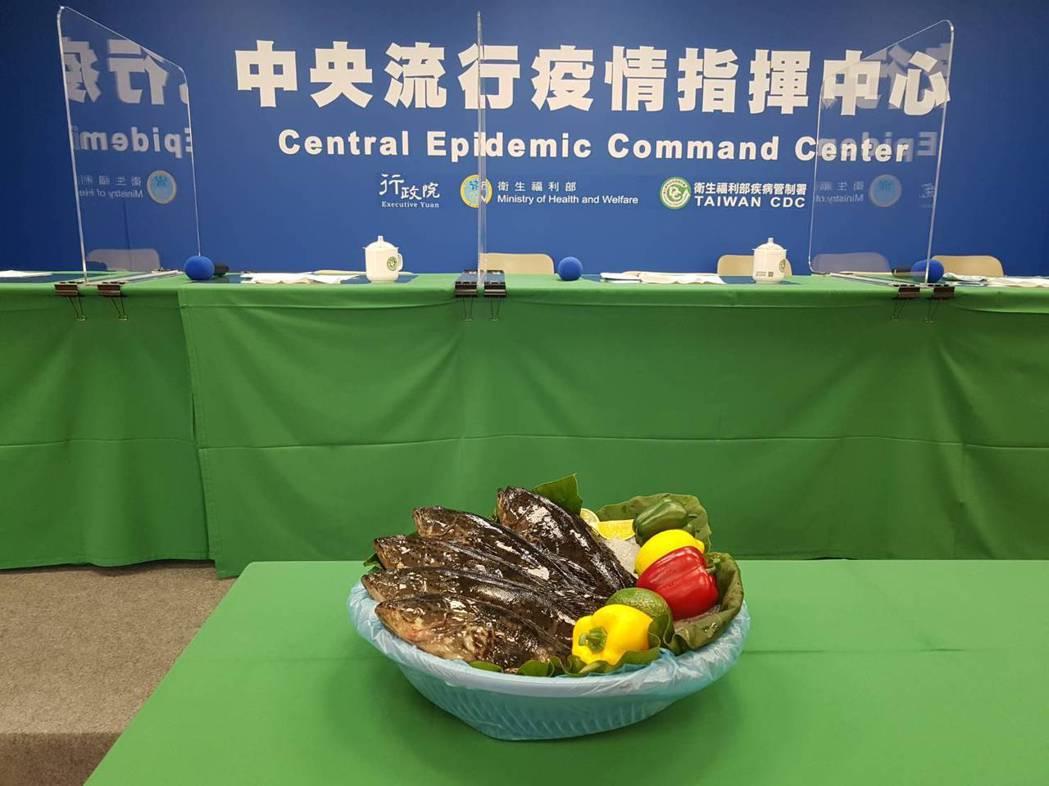 指揮中心今端出十隻石斑魚,象徵十全十美。記者楊雅棠/攝影