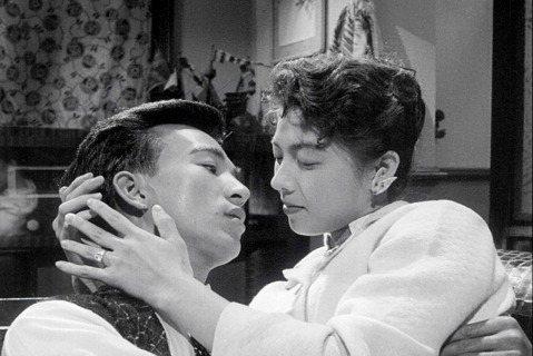 韓劇「夫婦的世界」引發熱潮,其實過去作品更可觀察到丈夫偷吃前女友、三角戀、私奔等男女情感議題。由張美瑤、張潘陽、吳麗芬主演的「丈夫的秘密」,就上演丈夫偷吃老婆閨蜜的禁忌劇情,堪稱60年代版的「夫婦的...