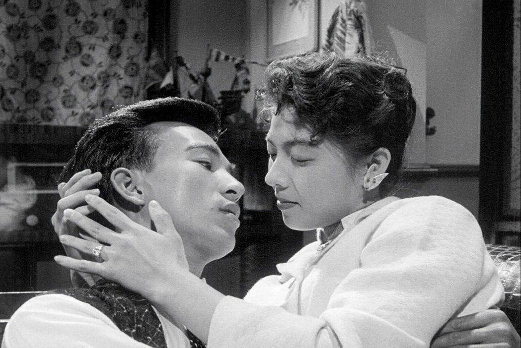 吳麗芬(右)與張潘陽主演電影「丈夫的秘密」有如「夫婦的世界」劇情。圖/friDa