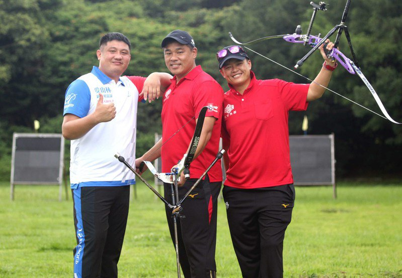 王正邦(左起)、郭振維、袁叔琪3人本季都是教練兼選手的雙重身分。圖/中華企業射箭聯盟提供