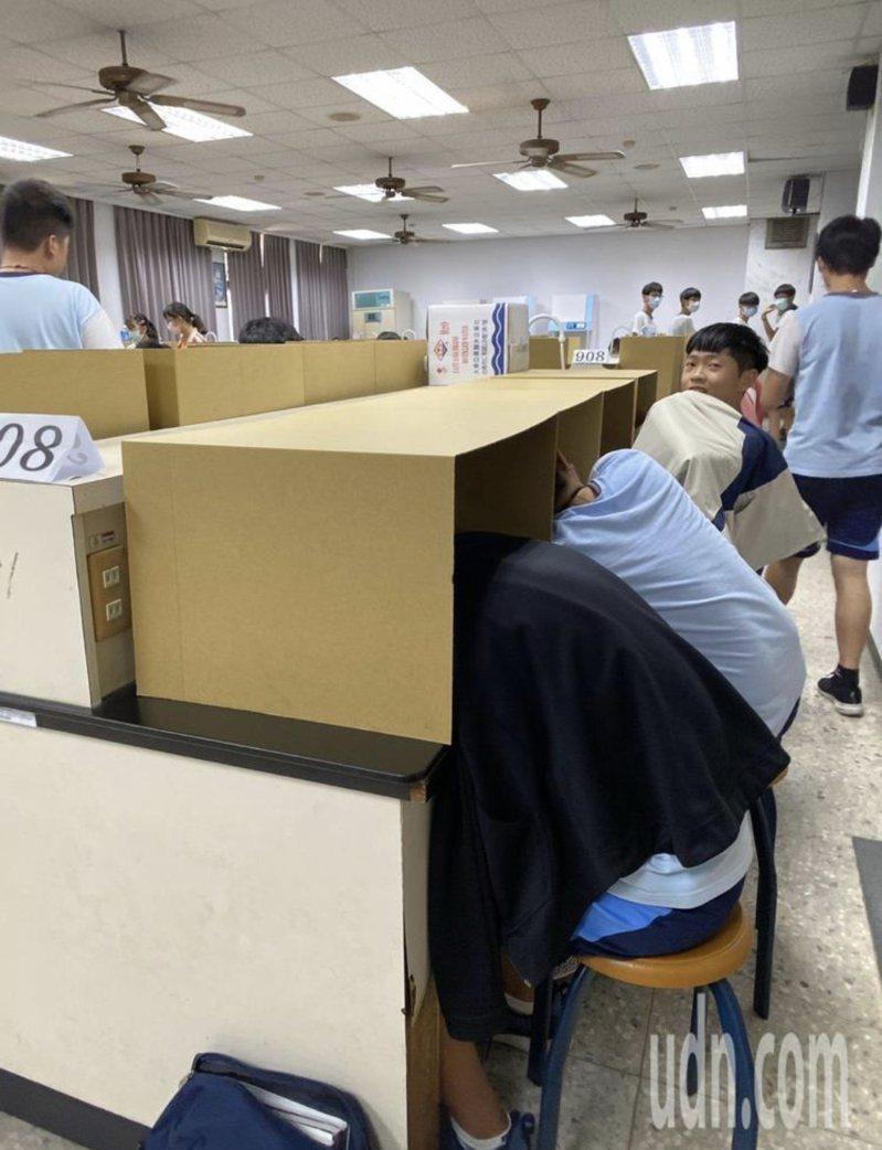 國中會考今天結束,過程中學校發送紙箱給學生休息使用。圖/本報資料照片