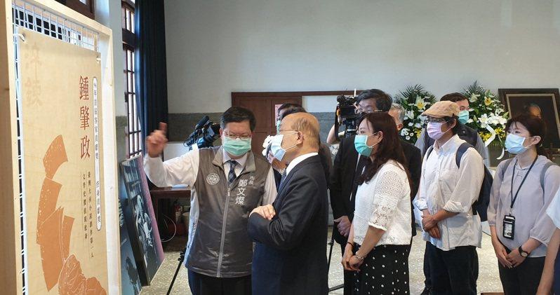 郑文灿向苏贞昌解说钟肇政生平文学创作,与对台湾的民主运动贡献。记者郑国梁/摄影