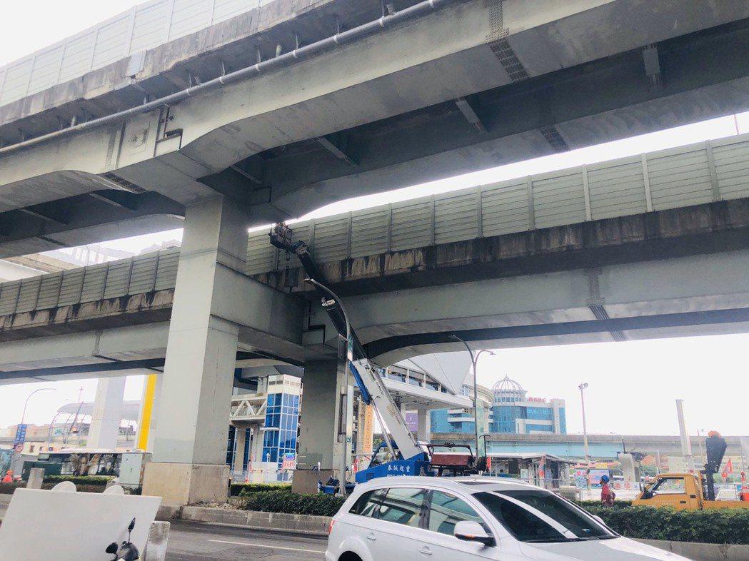 新北大道今年3月才有石塊砸到車,15日又有車輛遭到「石頭雨」攻擊。圖/新北市工務...