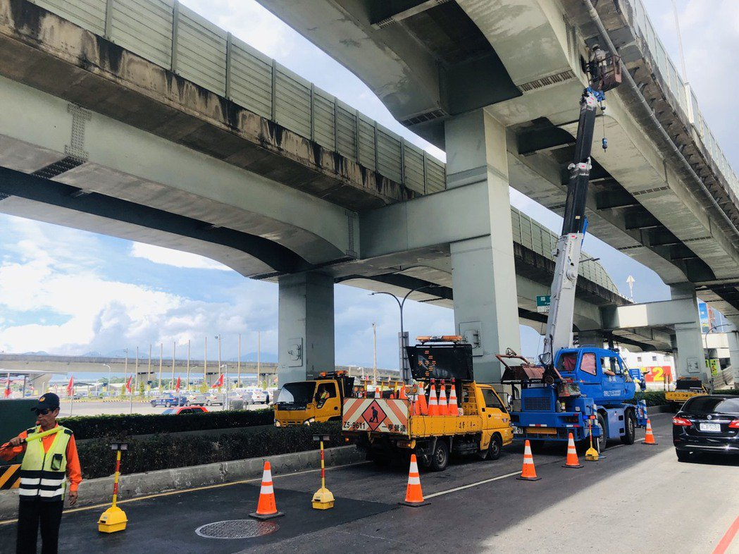新北大道又下起「石頭雨」,新北市工務局目前已清除碎石,並將在19日前加裝防護網。...
