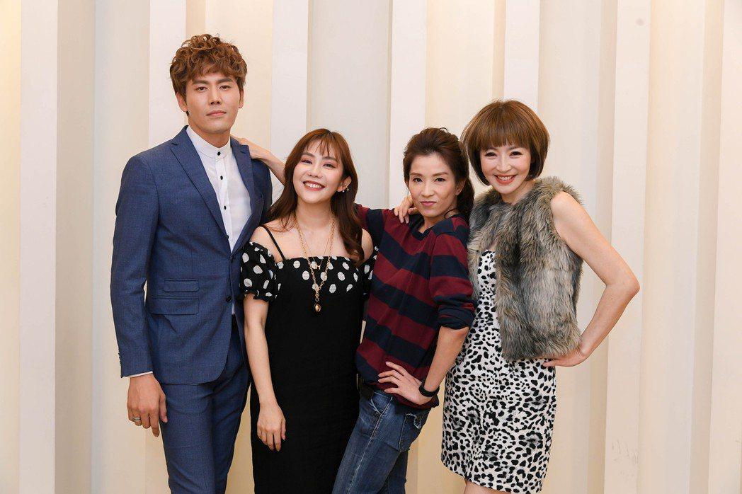 余秉諺(左起)、王宇婕、李芳雯(右起)特地到化妝間為葉全真接風。圖/三立提供
