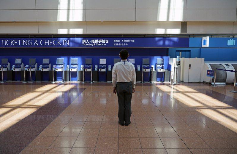日媒報導,日本政府已開始檢討分3階段放寬目前實施的入境管制措施,目前一個可能方案是先解禁商務人士及研究人員、其次是留學生,最後才是觀光客。圖為4月28日羽田機場全日空航空售票報到櫃台前空無一人的景象。歐新社