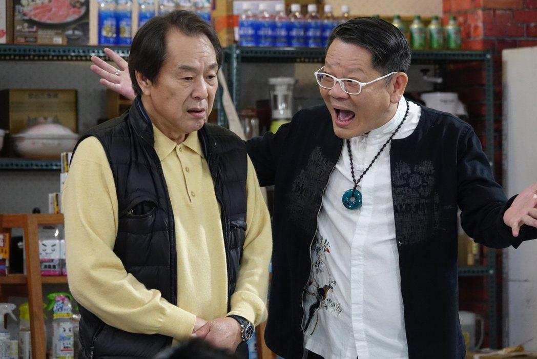 張魁(左)與鄭進一在劇中飾演兩個整天鬥嘴鼓的老男人。圖/東風衛視提供