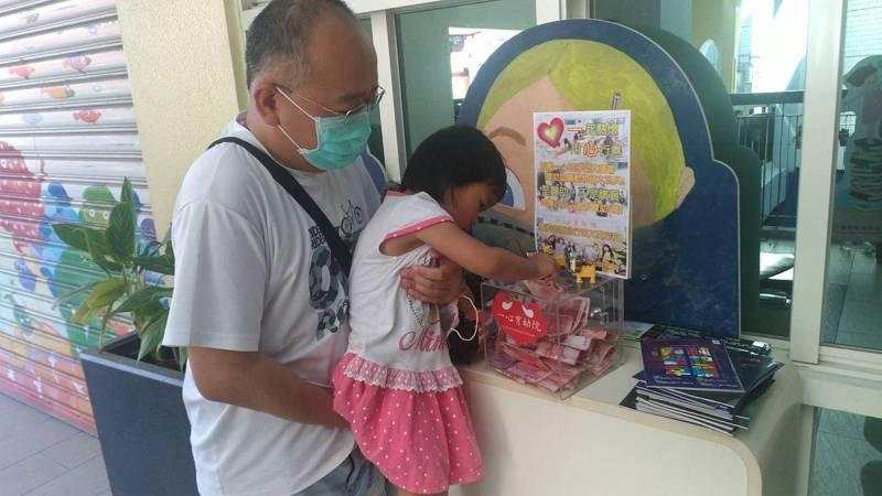 許多大人小孩今天都來參與斗六一心育幼院贊助認購活動,為院童募集獎勵小禮物。圖/林志郎提供