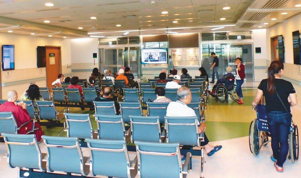 健保署署長李伯璋表示,門診量明顯減少,主要是三高慢性、症狀較輕的患者不太敢至醫院...