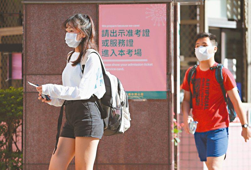 今年會考因應新冠肺炎防疫,心測中心表示,考試除用餐時間外,考場內都要配戴口罩。應試者在應考期間沒配戴口罩,該科不計分。記者余承翰/攝影