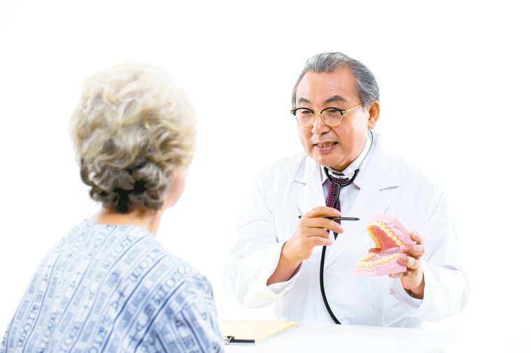老來缺牙的問題,需要與牙醫師及相關科別醫師共同討論處理。 圖/123RF