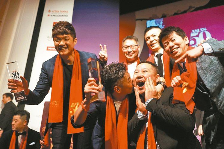 MUME去年奪得亞洲50最佳餐廳第七名,林泉(中左)激動在台上親吻主廚Long(...