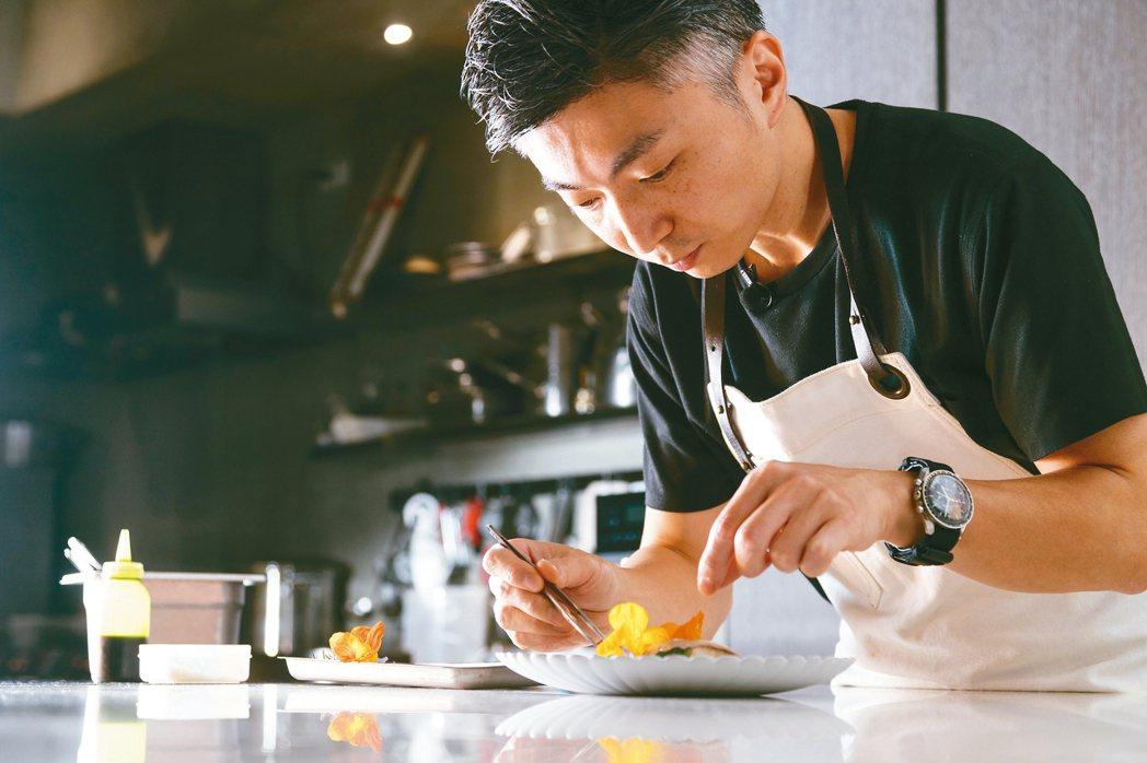 製作料理時,林泉秉持「食材優先」理念。 記者陳立凱/攝影