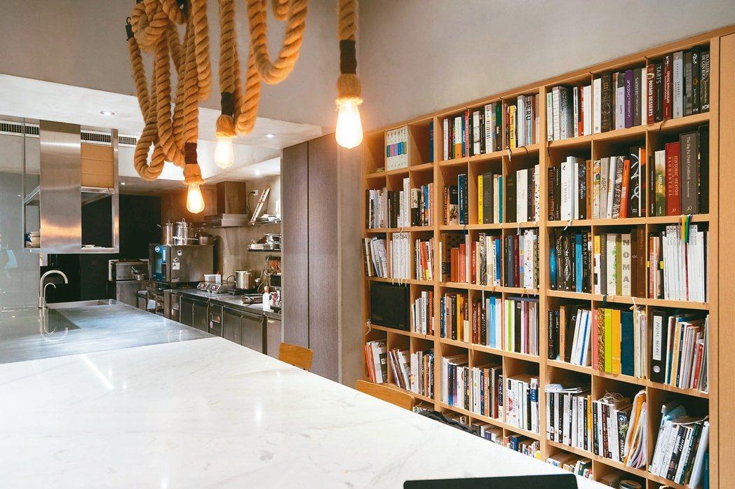 林泉設立的Studio內擺著滿滿書籍。 記者陳立凱/攝影