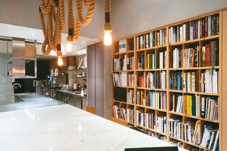 林泉設立的Studio內擺著滿滿書籍。記者陳立凱/攝影