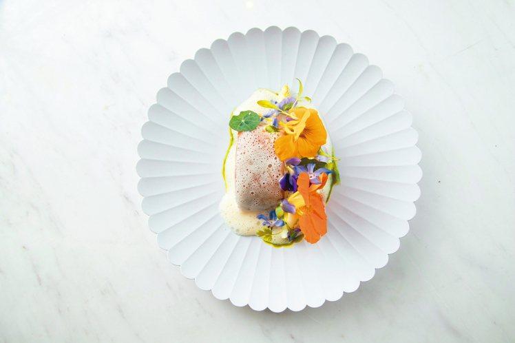 這道「虱目魚/鮑魚」屹立MUME菜單多時。 記者陳立凱/攝影