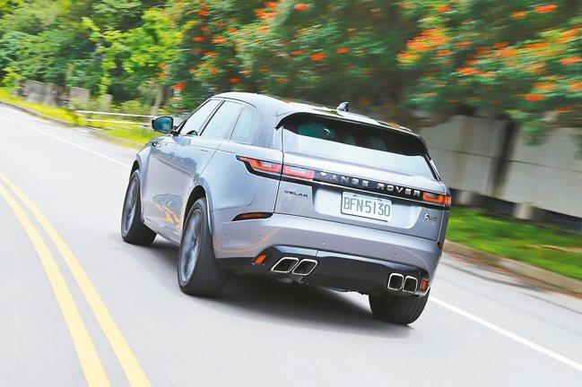 5.0L V8機械增壓汽油引擎可爆發550ps最大馬力,直線加速時的排氣浪聲令人...