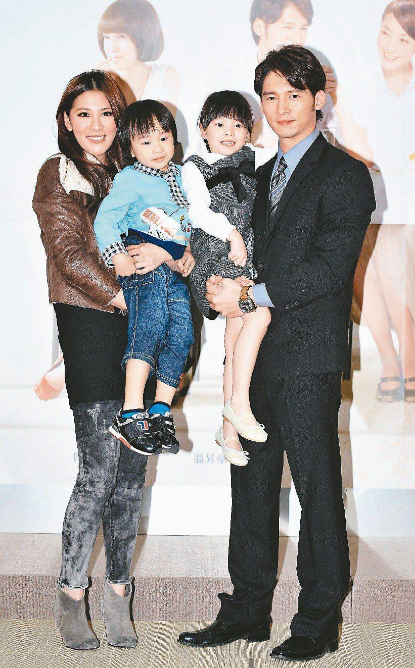 迷你彬曾和小禎(左起)、阿寶與溫昇豪演出「犀利人妻」。圖/台視提供