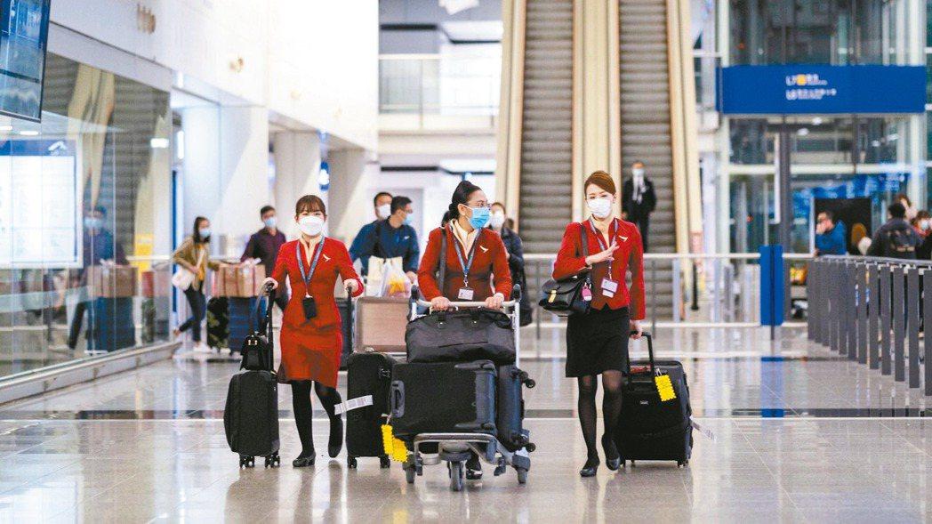 新冠疫情衝擊旅遊需求,航空公司大量停飛航班後,各國政府已投入逾850億美元提振航...