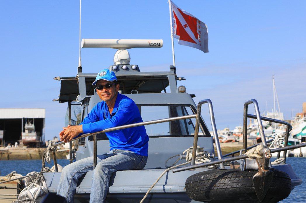 陳盡川的「金合全 66 號」有著深灰保護色,在海上能降低違法漁船警覺,如此他們才...