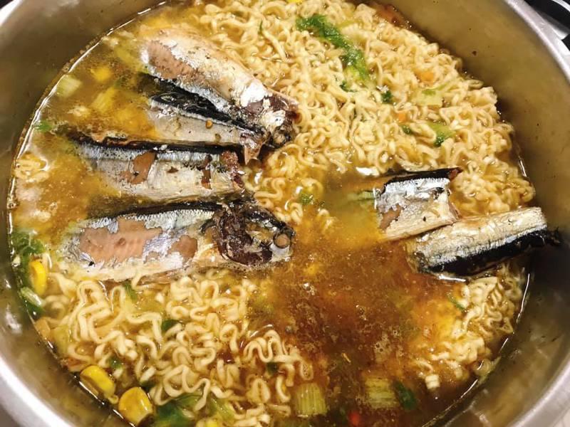 網友分享新的秋刀魚泡麵,內含完整的秋刀魚讓人相當吃驚。圖擷自Costco好市多 商品經驗老實說