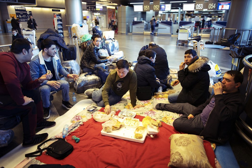 圖為3月時,滯留俄羅斯機場,等待返回家鄉的塔吉克勞工。俄羅斯爆發武漢肺炎,外勞固...