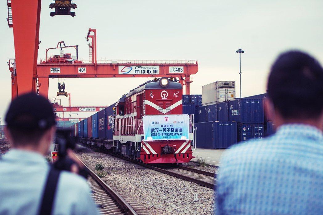 中國將面臨「一帶一路」計劃實行以來的最大挑戰?圖為5月初,一列裝載防疫物資的列車...