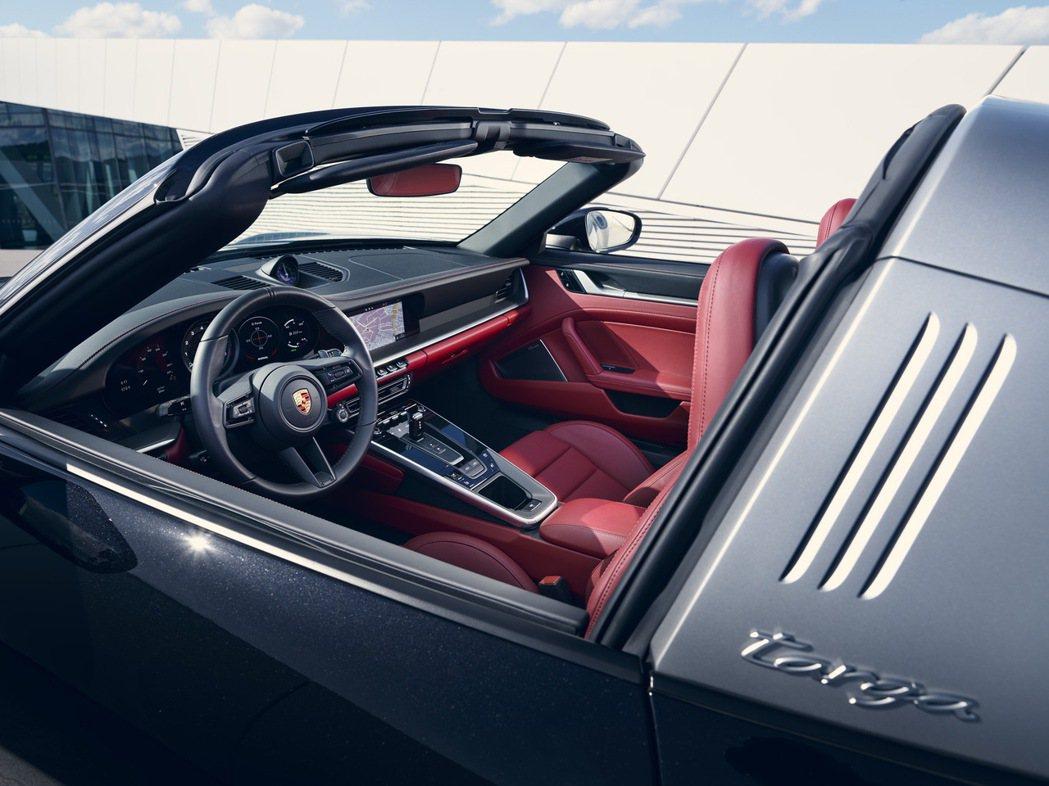 內裝呼應911 Carrera 車型,採嵌入式儀錶板勾勒清晰俐落的極簡風格,設計...