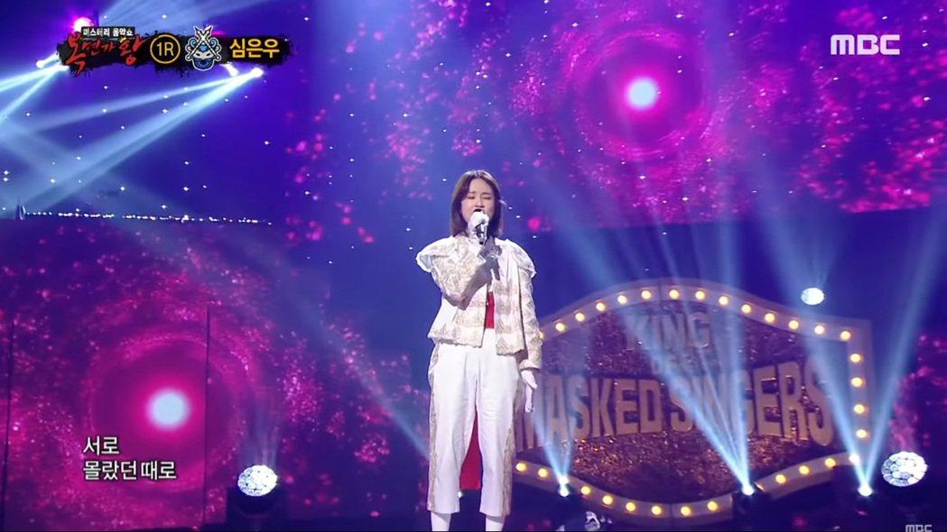 沈恩宇在「蒙面歌王」中登台獻唱。圖/擷自YouTube