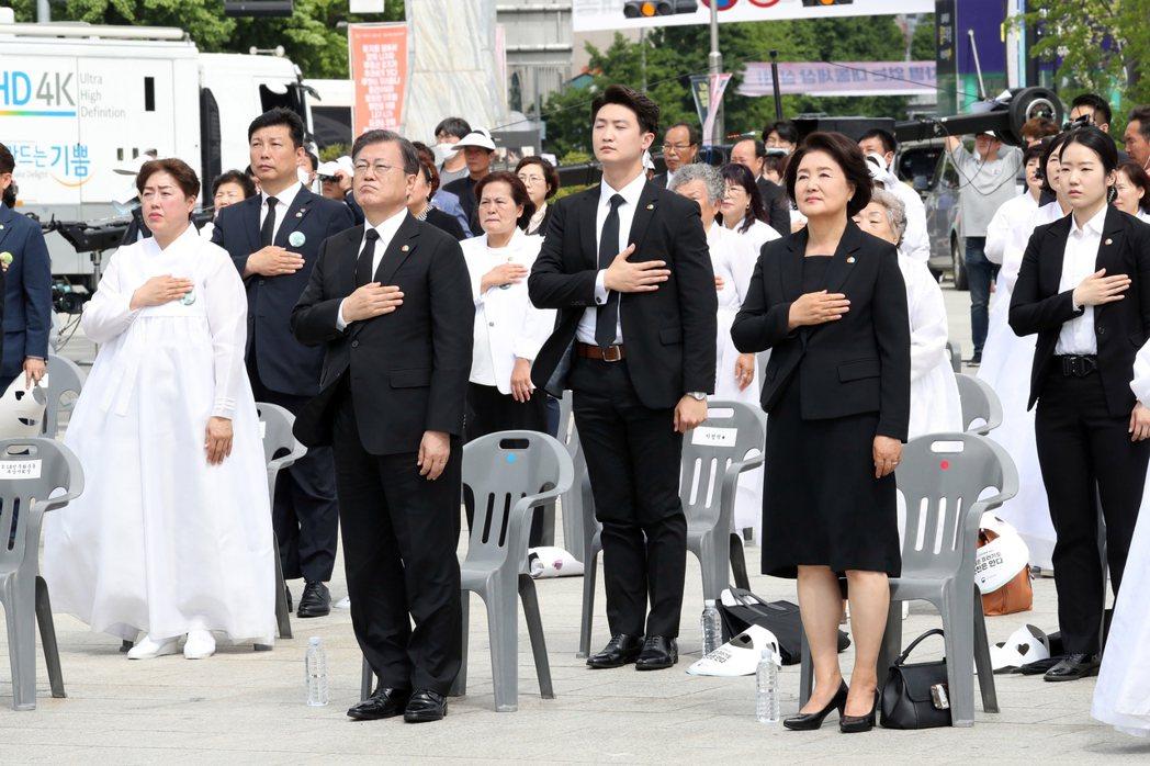 在五一八事件40周年紀念活動上,任內第三度出席的南韓總統文在寅,再次呼籲當年涉入...