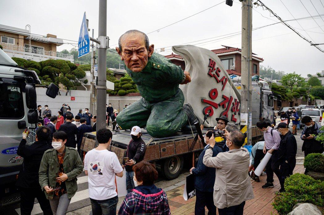 儘管全斗煥與南韓保守派的歷史解釋,大多主張「光州事件」是共產黨的叛亂陰謀;但透過...