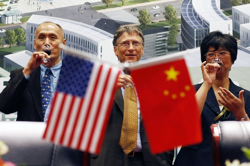 比爾蓋茲(中)與中國生技公司CNBG簽署疫苗研發備忘錄,攝於2011年。 圖/新華社