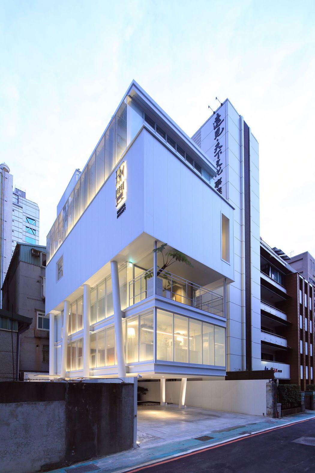 「琢豐」為了吸引特定品味客群的目光,接待中心現場也變身台北最小的美術館,不定期換...
