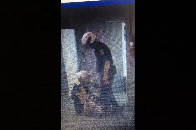 萬華分局一名員警,在制伏攻擊計程車司機與警方的被告後,多次出拳毆打、出腳狠踹被告的頭部。 圖/翻攝自臉書社團黑色豪門企業
