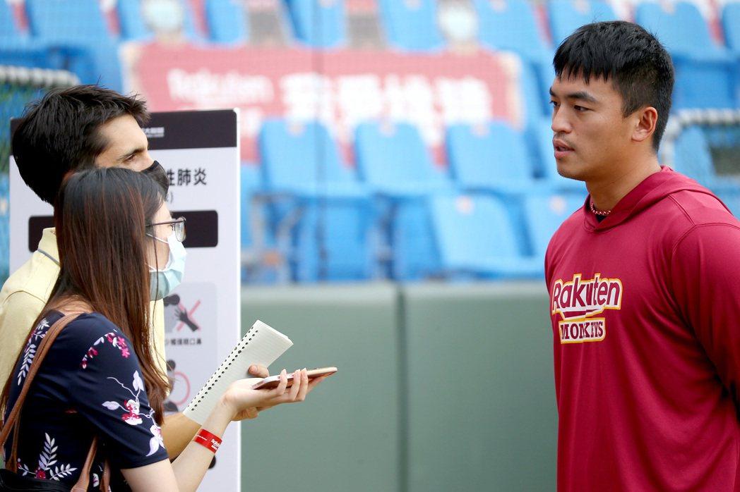 樂天桃猿打者朱育賢接受《紐約時報》採訪。 圖/聯合報系資料照