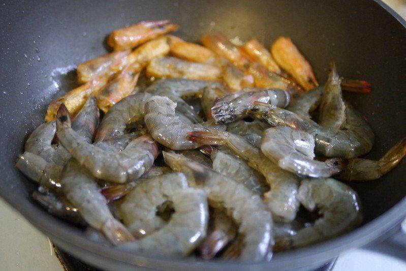 洗淨的蝦子放入拌炒到蝦子完全變紅色。