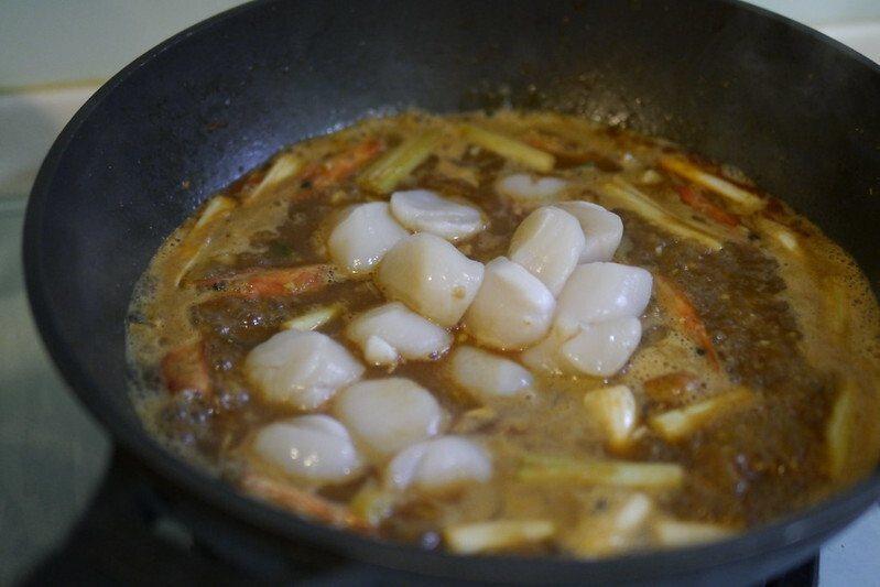 在煮沸的湯頭取出蝦頭,放入干貝,再放入沸騰熱開水約2~3杯的水杯量。