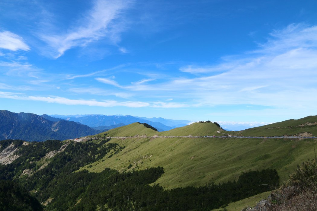 1. 武嶺為台灣公路的最高點,海拔3275公尺,無論從南投或花蓮上山,車行至此就開始下坡,圖為武嶺眺望台14甲公路(S型處為合歡主峰登山口)。