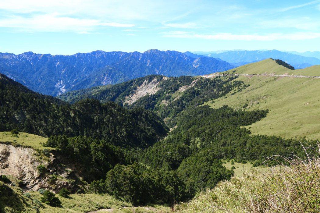 2. 武嶺觀景台遠眺,右前小紅點為昆陽休息站。