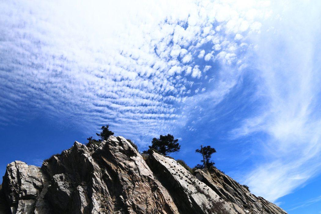 4. 武嶺停車場邊 板岩峭壁