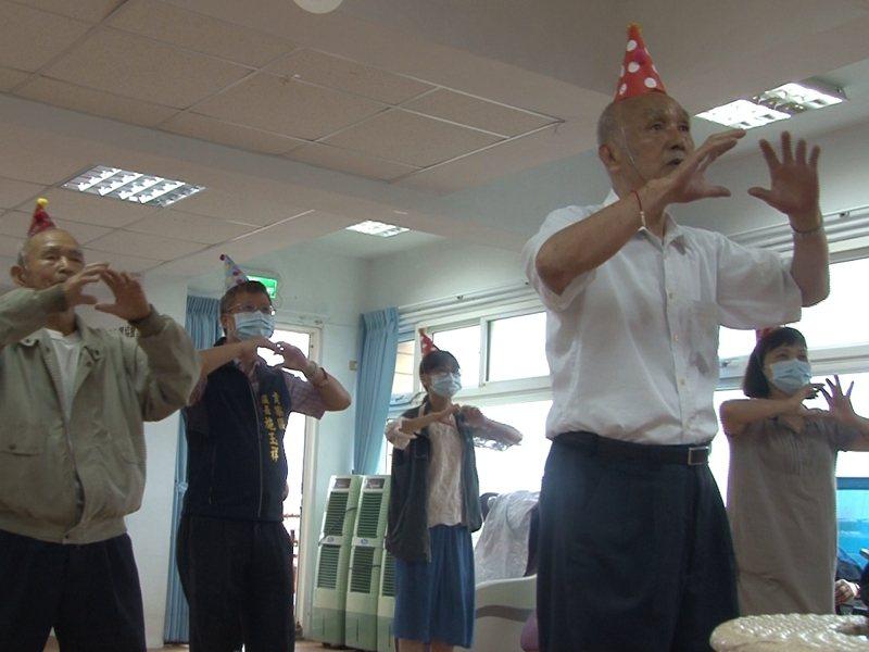福隆公共托老中心正式開課,大家跳舞開派對,希望鼓勵更多老人家一同走出門活動筋骨更健康。 圖/觀天下有線電視提供