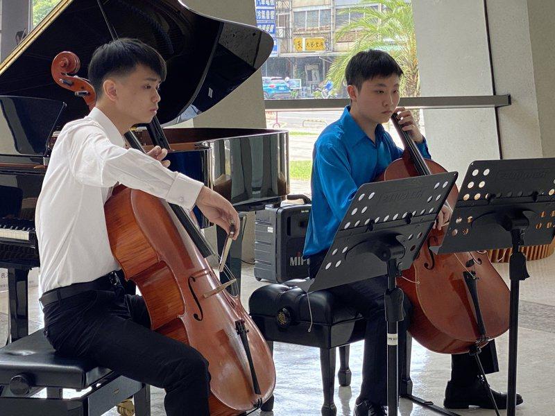 屏東縣政府文化處去年起每周六日上午在演藝廳音樂廳1樓大廳舉辦免費沙龍音樂會,旅外青年大提琴手梁辰(右)、林恩俊(左),6月6日將再度演出沙龍音樂會。記者劉星君/攝影