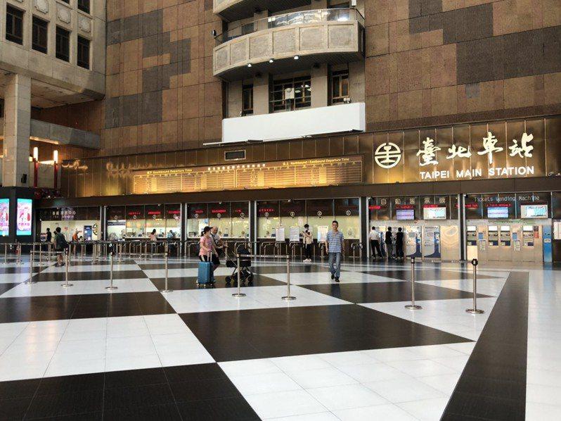 2011年售票大廳移至西側後,坐在「黑白棋」地板上成為一種特色。記者曹悅華/攝影