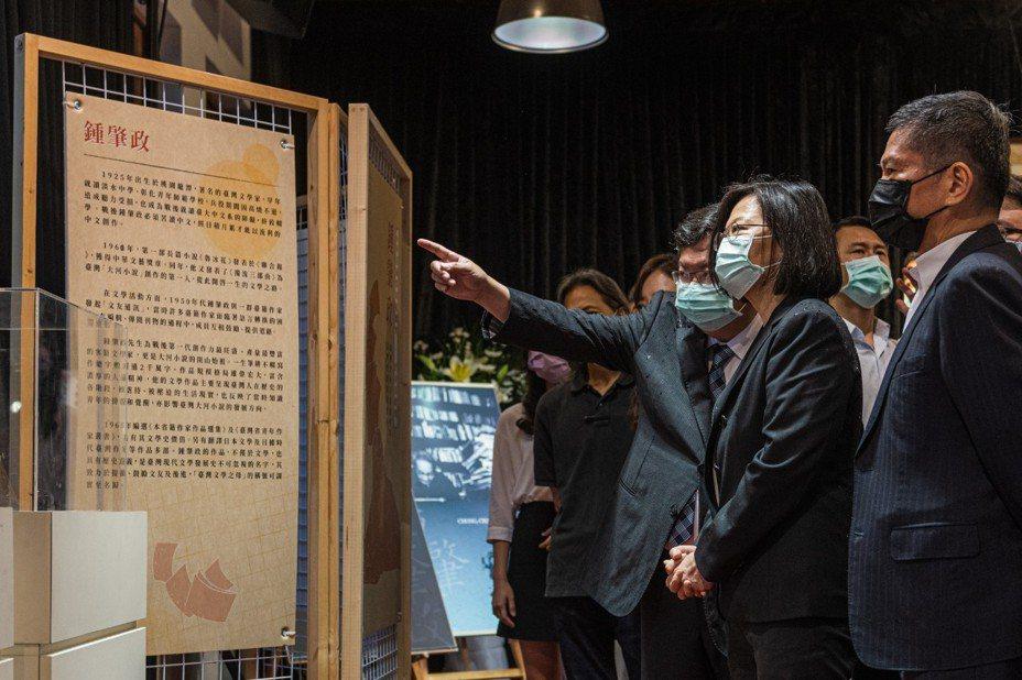 蔡英文总统仔细看着钟肇政生平介绍,桃园市长郑文灿在一旁补充说明。图/桃园市政府新闻处提供