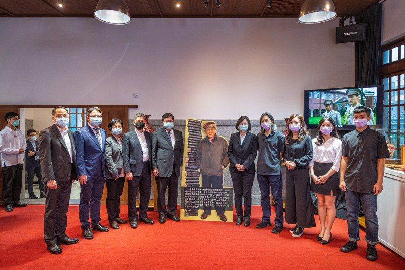 总统肯定钟肇政对文学和台湾的贡献,并和家属合影。图/桃园市政府新闻处提供