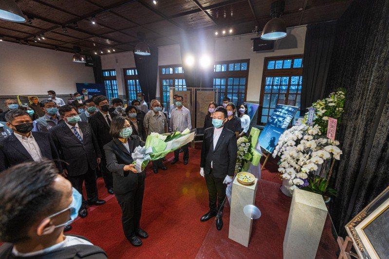 蔡英文总统的钟肇政灵堂悼念致意。图/桃园市政府新闻处提供